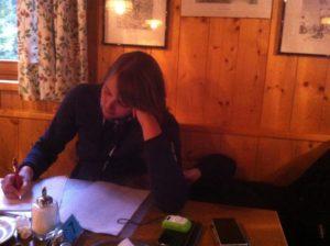 Maria beim Tagebuch schreiben auf der Konstanzer Hütte