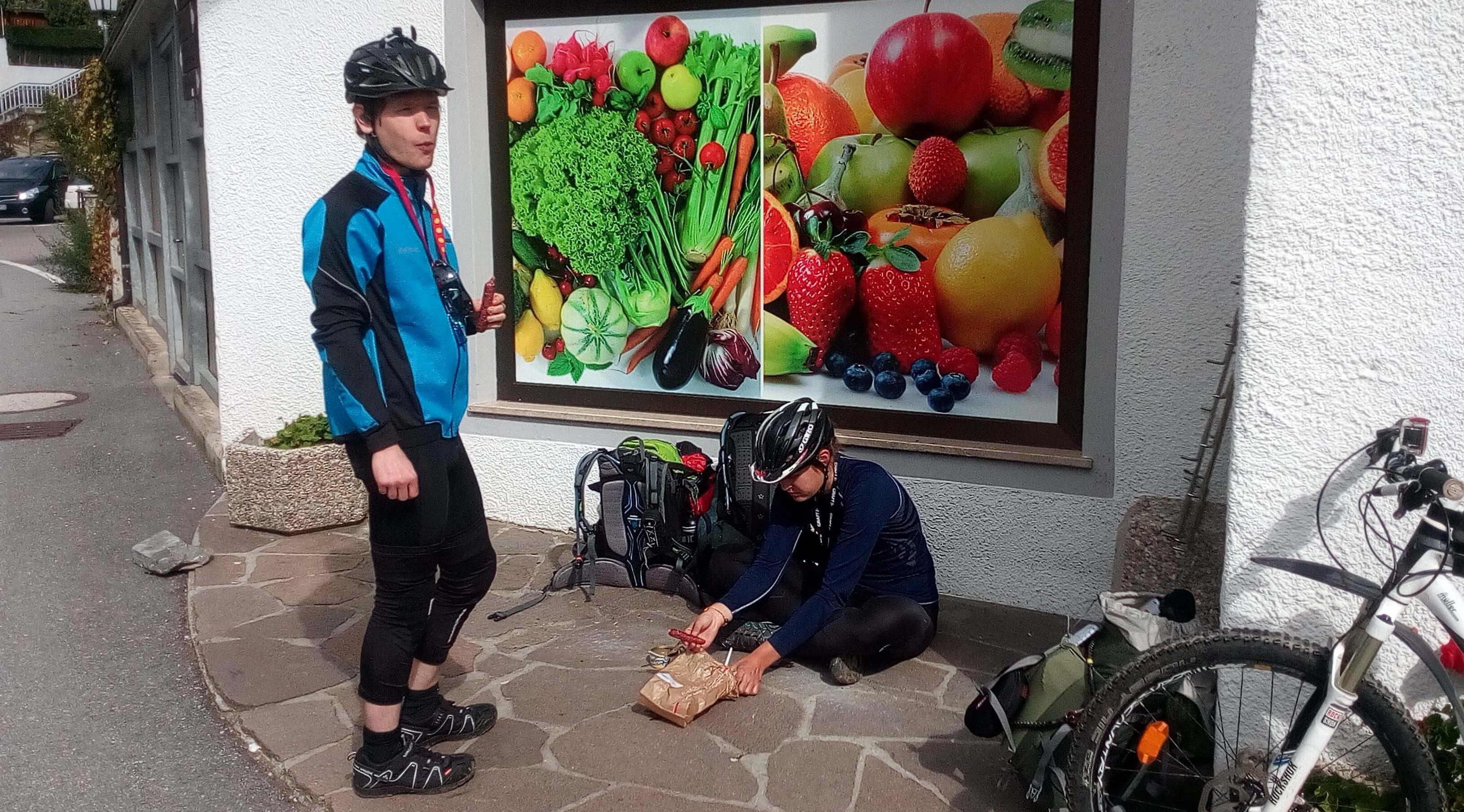 Ernährung Alpencross: Mittagsrast in Moos